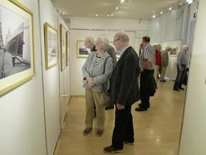Besucher bei einer Ausstellungs-Eröffnung