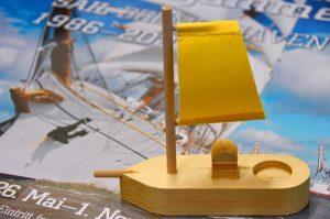 Selbst gebasteltes Segelschiff