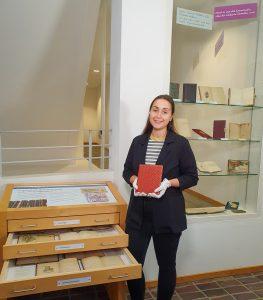 Maja Dreyer vor Poesiealben Ausstellung