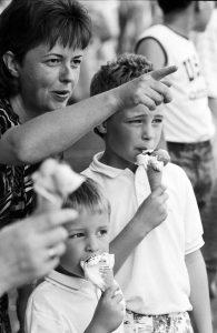 Mutter mit Kindern und Eis