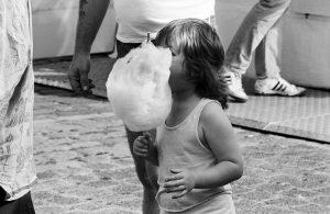 Kind mit Zuckerwatte